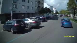 HZS PHA: Agresivní řidič Porsche v Praze vybržďoval hasiče