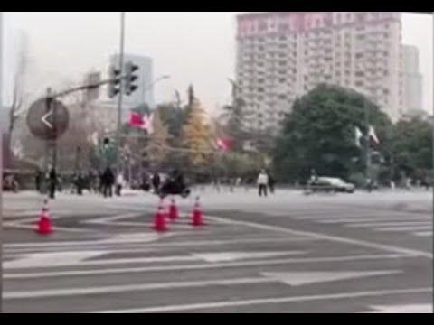 《石涛聚焦》「李克强车队 遭摩托单骑横穿」警察木然无反应 安倍文在寅均在车队中
