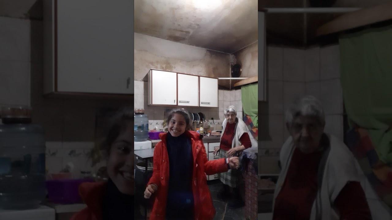 Abuela bailando Daddy Yankee (video oficial)- Que Tire pa lante con su bisnieta