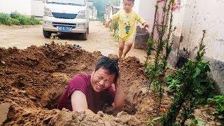 实拍农村大哥挖坑,2岁多宝宝对爸爸做了啥?让妈妈笑了三天三夜 【泥土的清香】