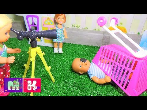 Макс едет кататься на тележке. Катя и Макс веселая семейка. Мультики про кукол.