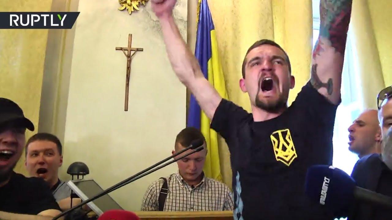 Националисты ворвались в здание облсовета Львова и разграбили местный буфет