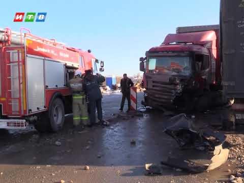 ТРК ИТВ: В Симферополе столкнулись два грузовика и легковой автомобиль