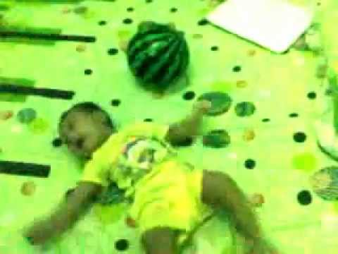 bayi lucu mdaffa with bola.mp4