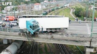 Фура повисла на мосту в Петербурге