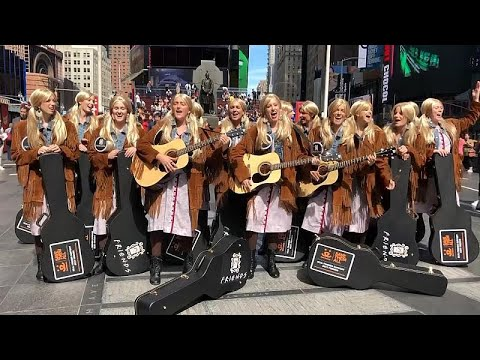 No Comment TV: Friends 25th anniversary: Dozens of Phoebe look-alikes perform in New York