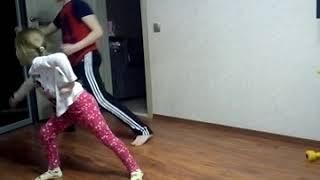 ШОК! Младшая сестра учит брата танцам. Урок первый.