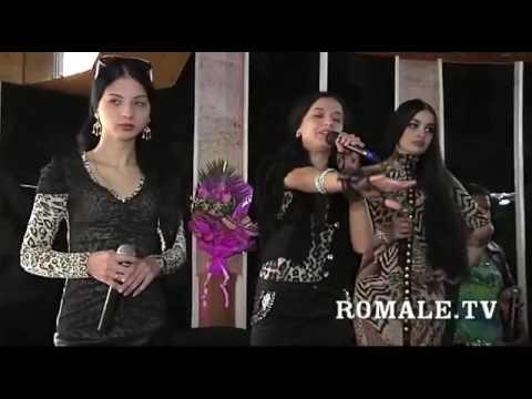 Классно поют цыганские девушки.