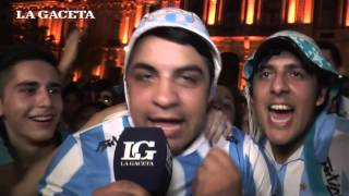 En la plaza Independencia, los jugadores celebraron juntos a los hinchas el ascenso a Primera