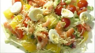 Салат с креветками, яйцами, черри и сыром