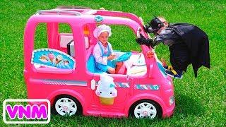 Nikita trong một chiếc xe màu hồng gặp các siêu anh hùng