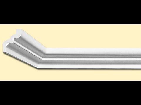 Как правильно вырезать угол на потолочном плинтусе без стусла видео