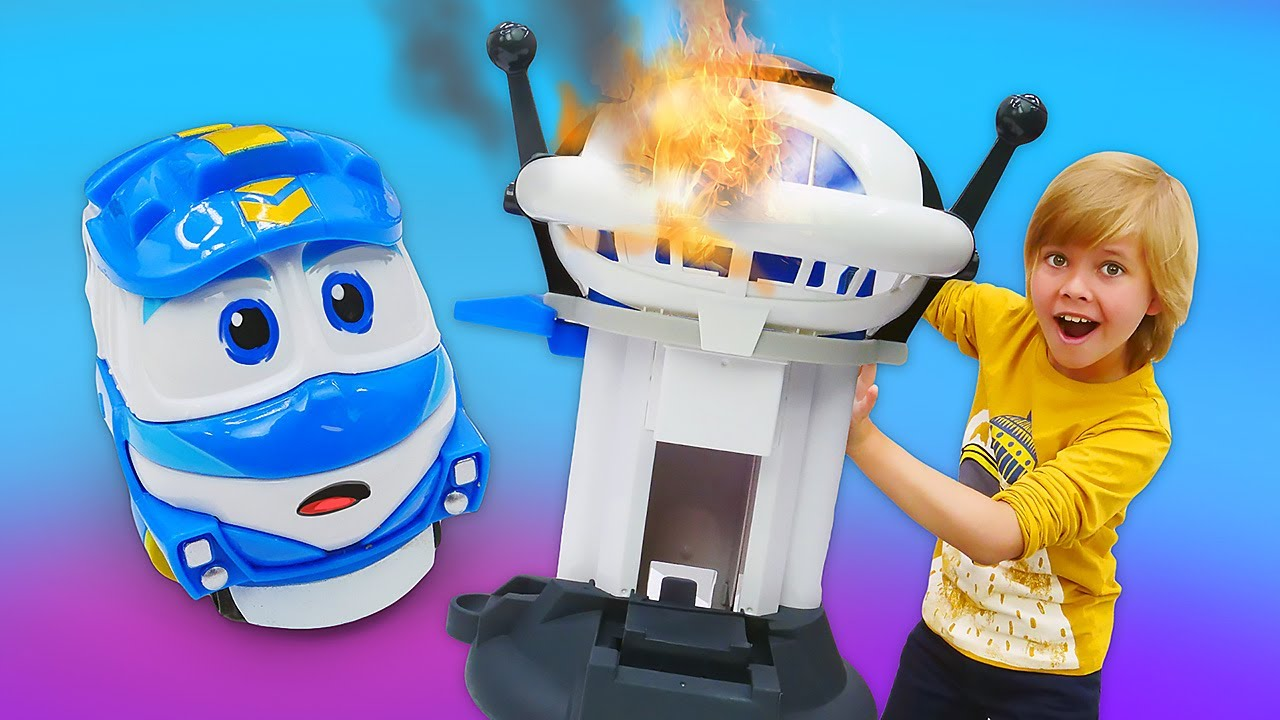 Кей уронил дозорную башню! Роботы-поезда и другие игрушки ...