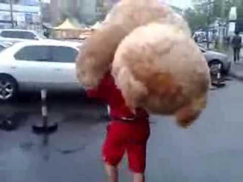 Парень купил большого медведя девушке большой Тэд)
