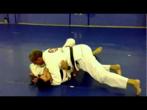 Defesa de triângulo colocando a testa no chão