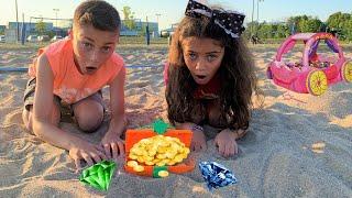 وجد الأطفال ألعاب مفاجأة في الرمال   Heidi و Zidane