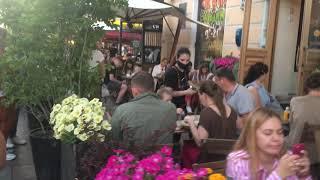 Открытые кафе быстрого питания и рестораны на Невском проспекте в Санкт Петербурге.