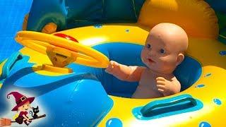 Bebé Juega en  Piscina con Juguetes Inflables de Playa