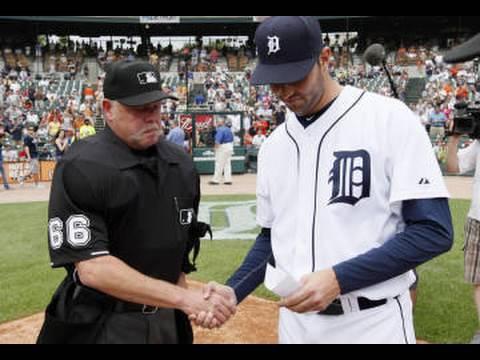 Armando Galarraga le entrega la tarjeta de alineación de los Tigres de Detroit al árbitro Jim Joyce al día siguiente de la jugada más controversial de la década en MLB.
