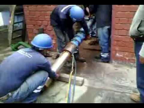 Trabajo en el pozo de agua con bomba sumergible. Lima Peru RETIRO