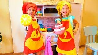 Игры в ПОВАРА с детской кухней Funny Kids Pretend Play with Toys Video for Children