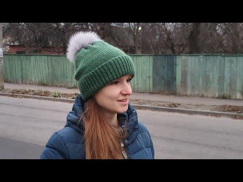 #шапкаспицами #шапкасотворотом Простая шапка с фиксированным отворотом спицами. Подробный МК