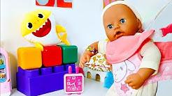 Vauvan kantoreppu Annabell-nukelle. Ruokitaan vauvanukke leluruoalla. Baby Born -nukkevideot.