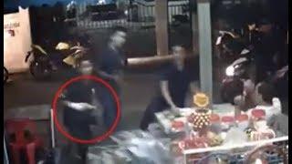 แก๊งโจ๋รุมทำร้ายคู่อริหน้าร้านขายของชำกลางเมือง ชักปืนจ่อขู่ คนแก่-ผู้หญิงผวา