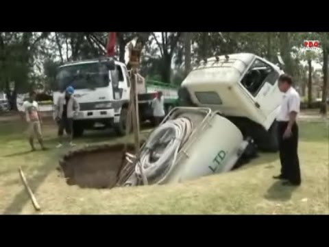 รถบรรทุกน้ำ 6 ล้อตกท่อน้ำขนาดใหญ่ในสวนเกาะลอยศรีราชา หลังรับน้ำหนักไม่ไหว