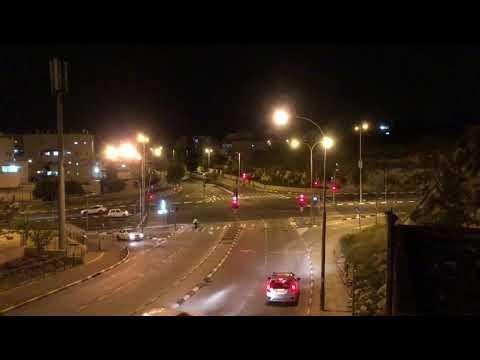 אוטובוס עובר באור אדום בשדרות גולדה מאיר. צילום: לירן תמרי