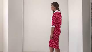 Красное платье с воротником и белыми манжетами
