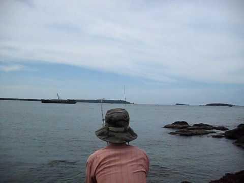 Câu cá Gáy Cồn ở cảng Kỳ Hà.