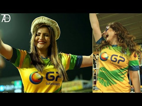 Zareen Khan distributing Shahid Afridi's team Shirt to fans in Sharjah T10 Cricket League 2017