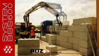Układanie muru oporowego z bloków betonowych o dużej masie.