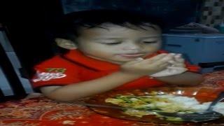 Anak Kecil Belajar Membaca Doa Makan Comelnya