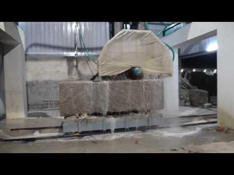 Распиливают гранитный блок на слэбы
