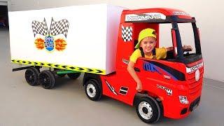 Nikita Fahrt auf Spielzeug-LKW spielen Lieferservice