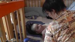 aktive Körperpflege eines behinderten Jungen