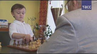 Недетские шахматы: Четырехлетний Миша Осипов провел партию с гроссмейстером Евгением Васюковым