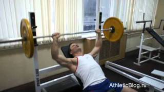 Жим штанги лежа на наклонной скамье. Как накачать грудные мышцы. Обучающее видео(Как накачать грудные мышцы -- программа «Специализация грудные мышцы»: http://www.athleticblog.ru/?page_id=4032 Жим штанги..., 2011-10-21T20:28:25.000Z)