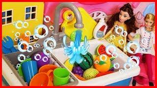 芭比娃娃用出水的水槽玩具做飯親子遊戲