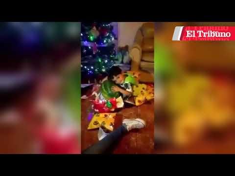 Papá Noel le llevó una sandía, y se puso loco... de felicidad