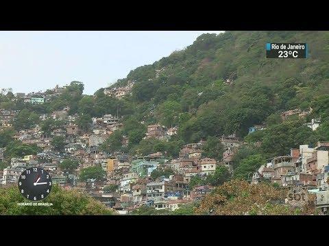 Jovem é atingido dentro de casa durante tiroteio na Rocinha | SBT Notícias (09/10/17)