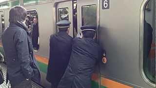 【痛勤電車】ドアが開かなくなるほどの混雑@赤羽駅 Rush hour Train. Japan,Tokyo thumbnail