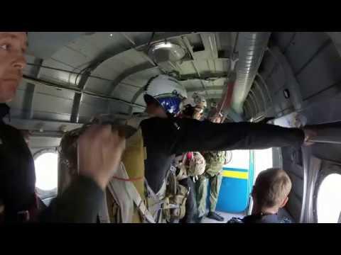 Парашютный прыжок с инструктором. Вы прыгаете из самолета или вертолета вместе с нашим инструктором. Инструктор управляет полетом и не отпустит вас на протяжении всего прыжка с парашютом вплоть до приземления. Высота прыжка – 3900-4200 метров. Время свободного падения 30-60.