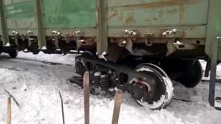 Профессиональный подъем на рельсы сошедшего вагона(Благодаря профессиональной работе путейцев и в особенности машиниста тепловоза, сошедший вагон очень..., 2015-10-25T08:33:27.000Z)