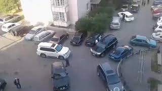 Много людей спешат к мечети. Талдыкорган. Утро.