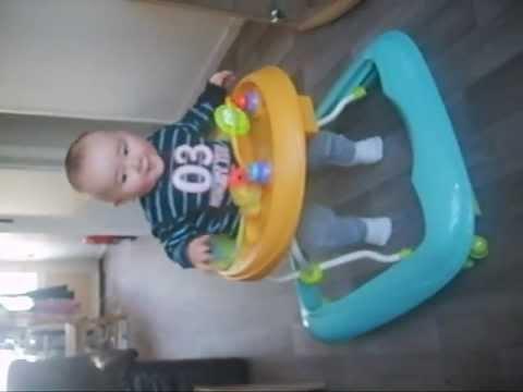 Baby maanden heeft net twee dagen een loopstoel en breekt nu al