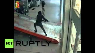 Ограбление по-итальянски: полиция Италии опубликовала видео кражи банкомата(В Турине четверо мужчин задержаны по делу об ограблении банка в мае 2015 года – тогда с помощью грузовика..., 2016-03-24T16:55:00.000Z)