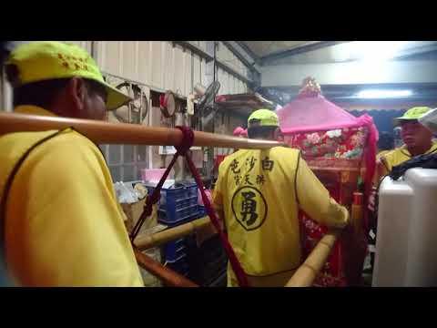 (超強的)媽祖衝進十字路口的小鐵皮屋駐駕,屋寬不到兩公尺---2018白沙屯媽祖進香